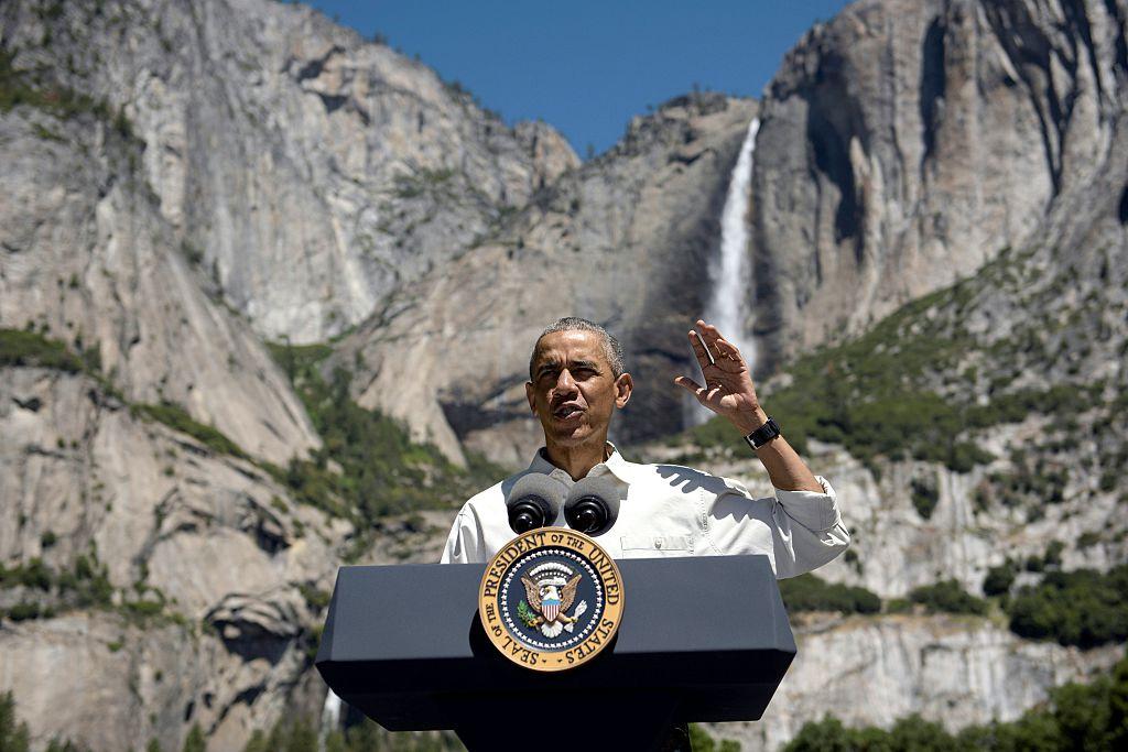 Obama habla durante la celebración de los 100 años del sistema de Parques Nacionales de Estados Unidos en el Parque Nacional de Yosemite, California.