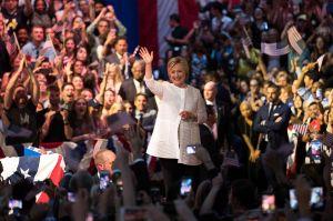 Hillary Clinton en la cima, lanza mensaje conciliador hacia partidarios de Sanders