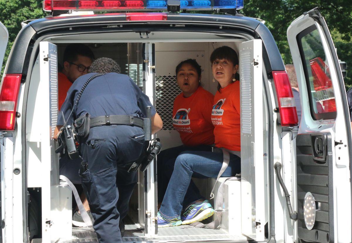 Activistas contra deportaciones son arrestados durante audiencia de inmigración en el Senado