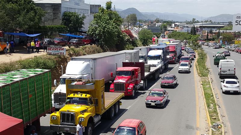 Bloqueos de maestros obligan a llevar alimentos por aire a Oaxaca