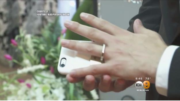 Video: Este hombre viajó a Las Vegas para casarse, ¿con su teléfono?