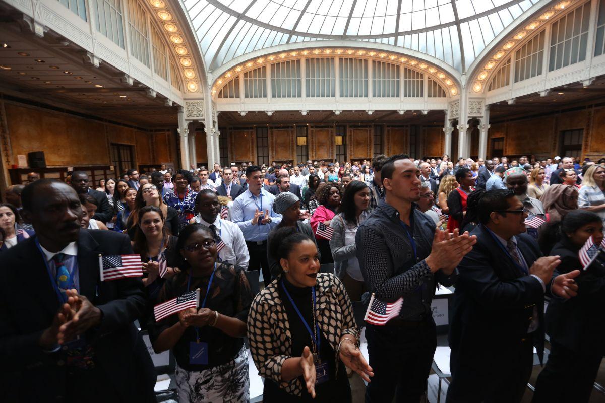 """La ciudadanía es el """"beneficio más sagrado"""" y el gobierno busca retirársela a personas naturalizadas por error, al no haber mantenido buenos archivos de huellas digitales en el pasado (Foto: archivo)"""