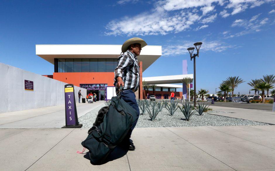 Miles usan el puente que conecta al aeropuerto de Tijuana con San Diego