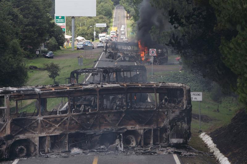 Maestros disidentes radicalizan protestas, queman autobuses en Michoacán