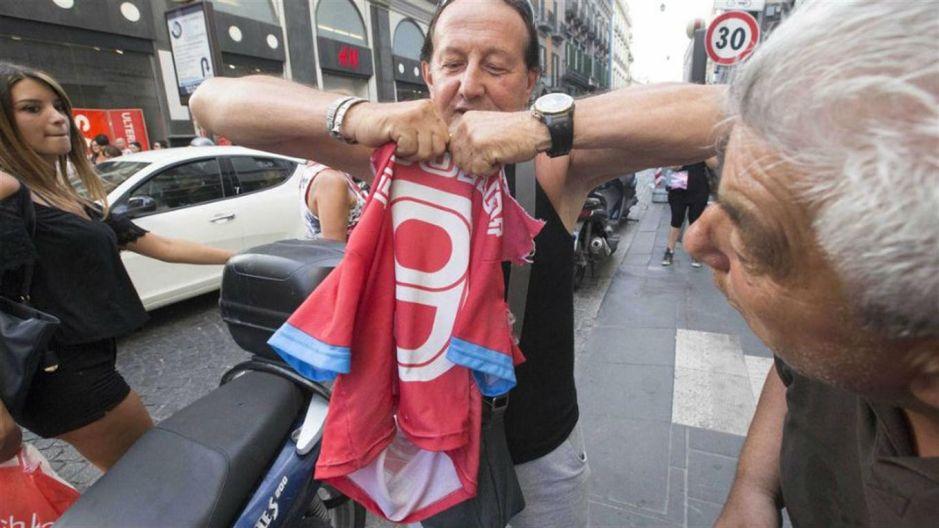 Hinchas del Nápoles queman y rompen playeras de Higuaín por irse a Juventus