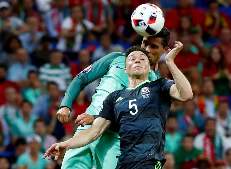 Euro 2016: Cristiano Ronaldo se eleva y clava gol de cabeza a Gales