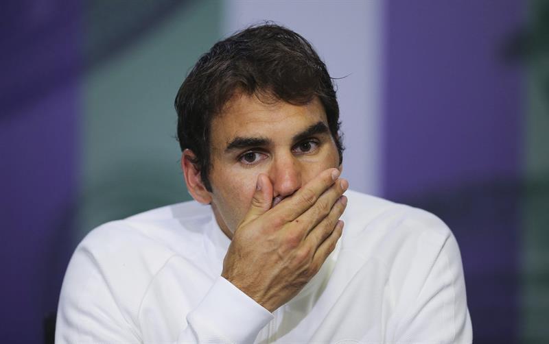Video: Roger Federer sufre aparatosa caída en Wimbledon y teme por su lesión
