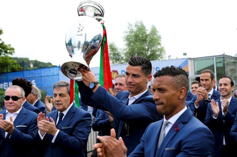 Reciben con bombo y platillo a Cristiano y la selección en Portugal
