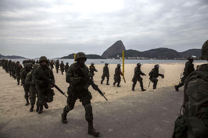 Elementos de la Marina de Brasil custodian el Paseo Marítimo en Río de Janeiro.