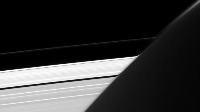 La extraña curva en los anillos de Saturno que descubrió la NASA