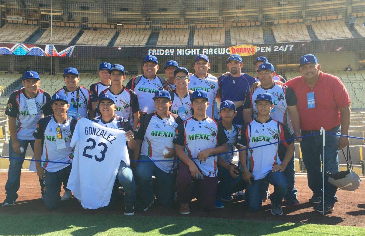 Equipo mexicano varado en Los Ángeles es recibido por Adrián González en Dodger Stadium