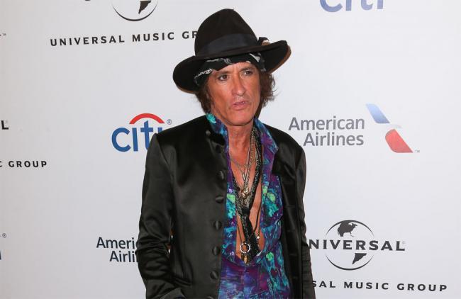 Video: Joe Perry, guitarrista de Aerosmith, se desmayó en pleno concierto