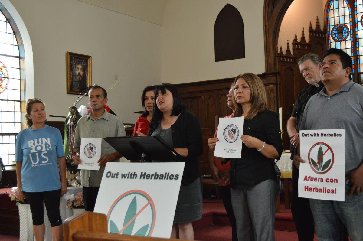 La activista de LULAC del Condado de Lake, Julie Contreras (centro) en conferencia en la Iglesia Metodista Lincoln en Pilsen junto a exdistribuidores de Herbalife que fueron afectados.