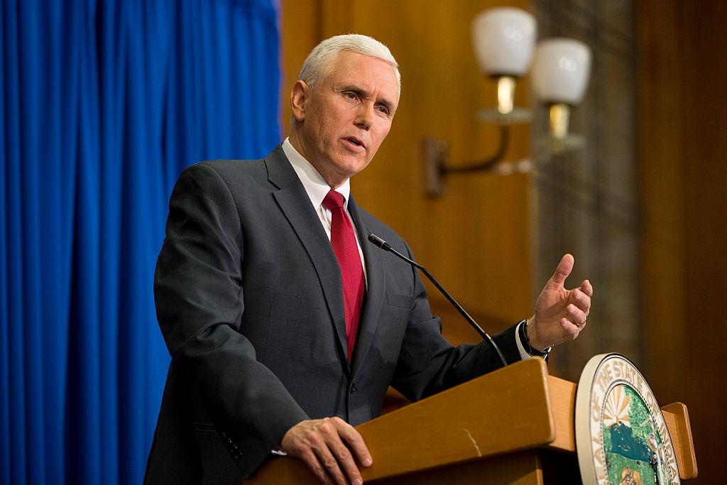 Pence tiene peor récord que Trump en temas de inmigración