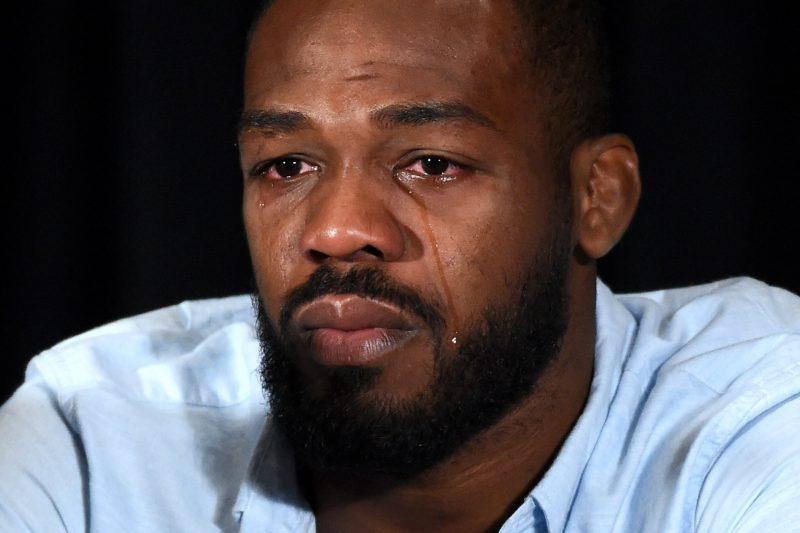 Jon Jones mandó a la lona al UFC 200, luego pidió perdón con lágrimas