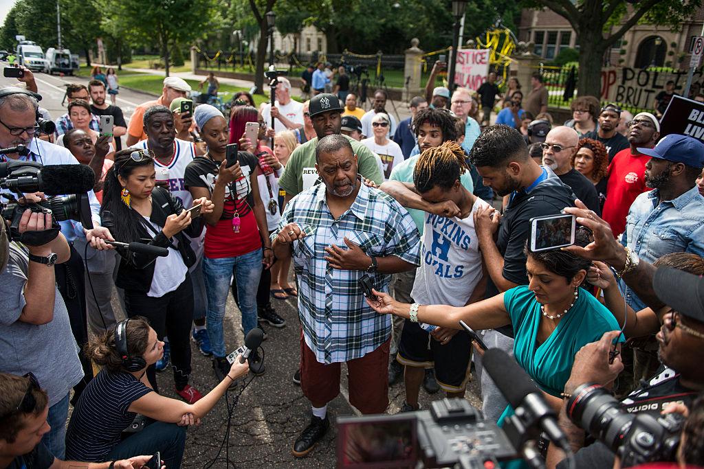 Casi al momento de la transmisión en vivo de la muerte de Philando Castile por Facebook, a manos de un agente de policíal, hubo protestas y reacciones frente a la mansión del gobernador de Minnessota,
