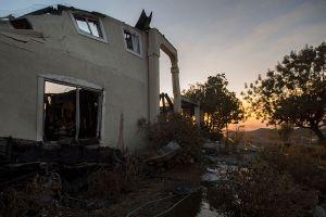 Bomberos avanzan contra el incendio cerca de Santa Clarita
