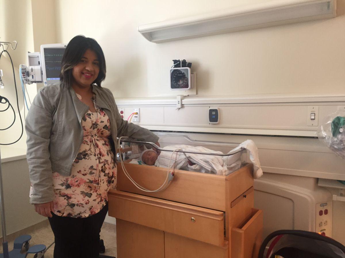 Gina y su hijo recién nacido, Alejandro. A pesar que su bebé presentó complicaciones por nacer prematuro, la madre dice que la atención en el hospital fue de primera clase.