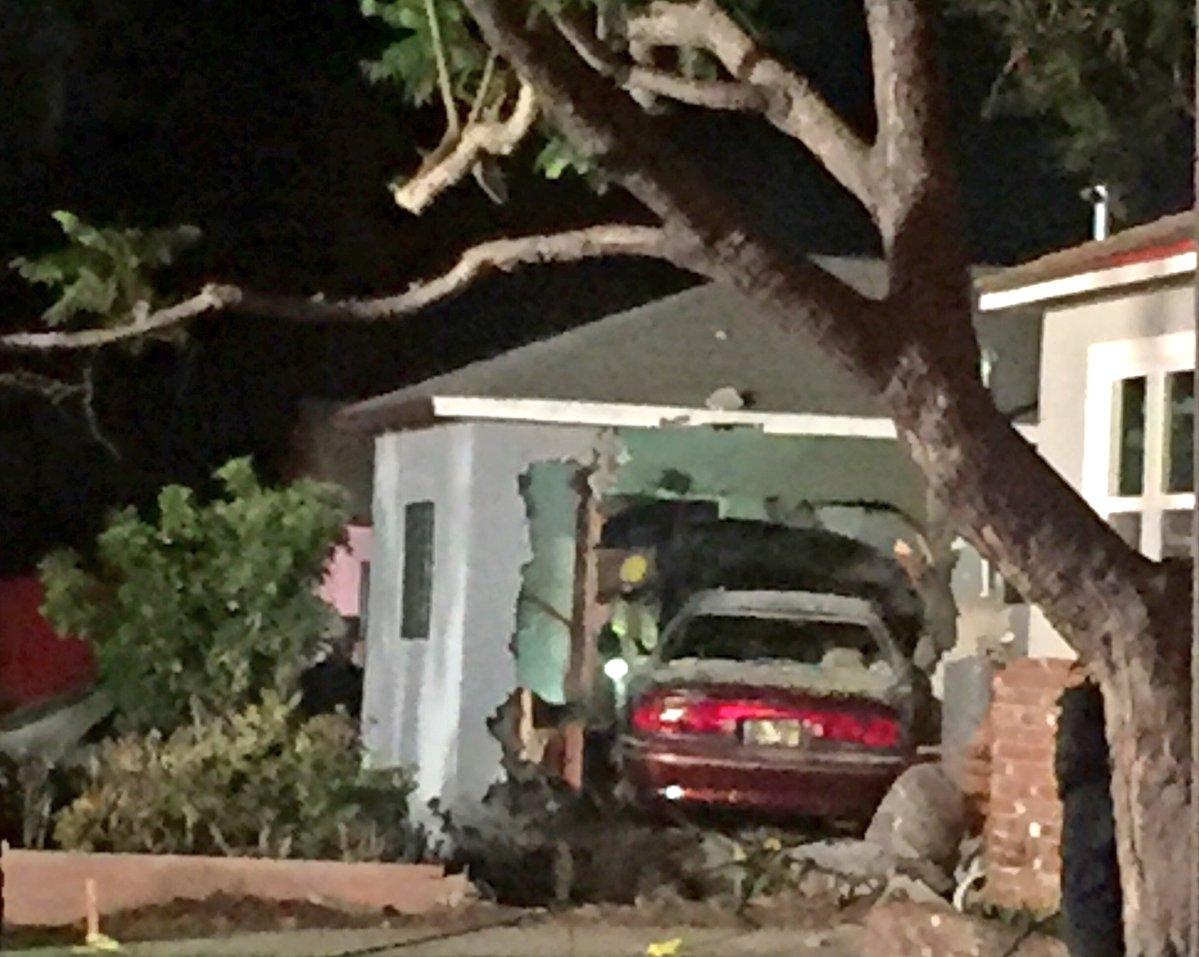 Muere una persona al estrellarse coche contra casa en Harbor Gateway