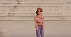 ¿Y tú qué harías si vieras a esta pequeña de 6 años sola en la calle? (video)