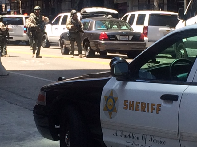 Operativo policiaco cierra calles en Downtown Los Ángeles