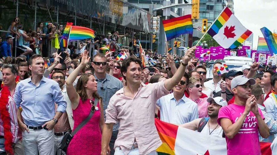 ¡Histórico! Justin Trudeau encabeza desfile gay en Toronto
