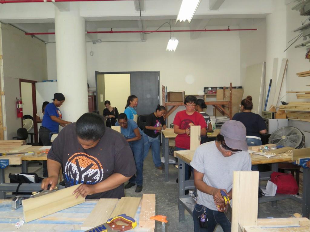 El taller donde las alumnas de NEW trabajan en la clase de carpintería está ubicado en Brooklyn.