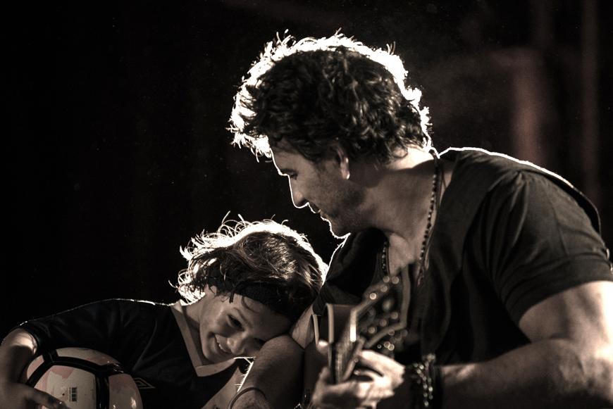 Ricardo Arjona estrena el video de 'Nada es como tú' junto a su hijo Nico