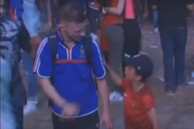 El niño que consoló a un aficionado francés fue invitado por Turismo de Portugal
