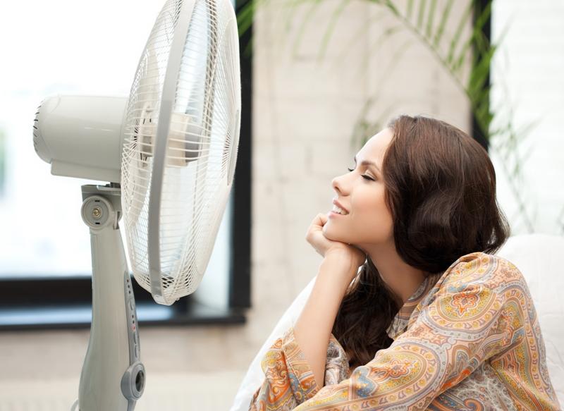 Usar ventiladores en vez del AC en los días de temperaturas calurosas soportables reduce el costo de la factura de la energía eléctrica.