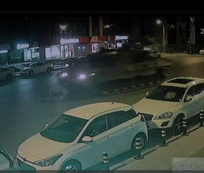 El momento en que a un hombre le pasan dos tanques por encima en Turquía