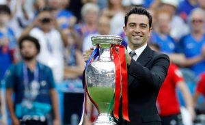 Xavi Hernández, excampeón de la Euro con España, devolvió la copa