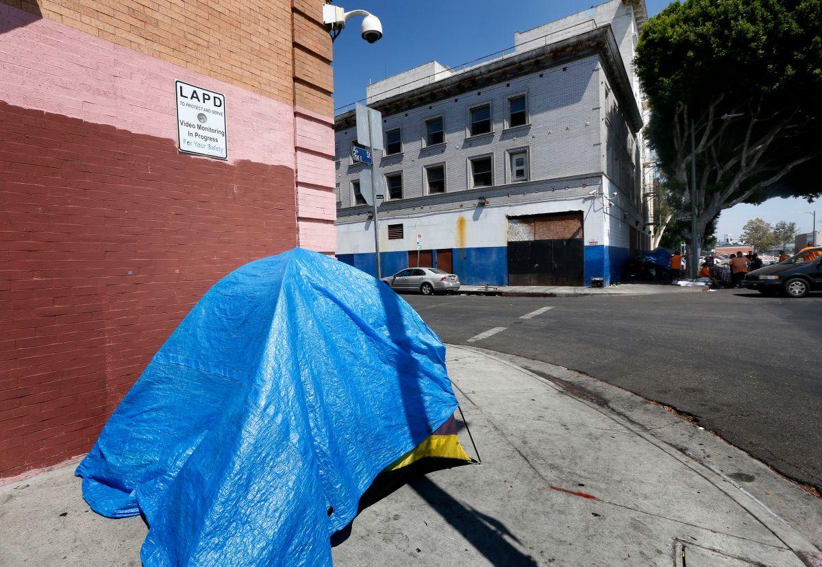 Desamparados y activistas rechazan apartamentos de lujo en Skid Row