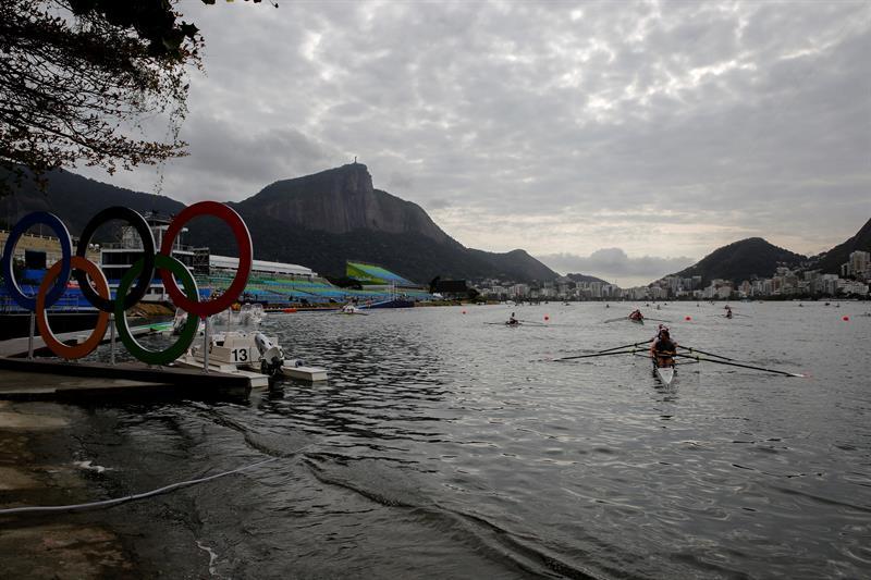Caen dos remeros en las aguas contaminadas del remo en Río 2016