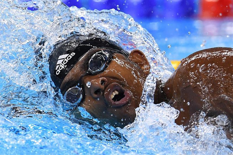 Robel Kiros, madador de Etiopía, registró un tiempo de 1.04:95 en los 100 metros libres.