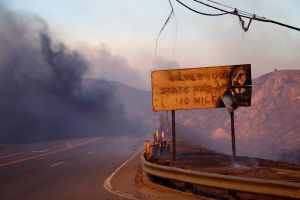 Gobernador declara estado de emergencia por fuerte incendio en San Bernardino
