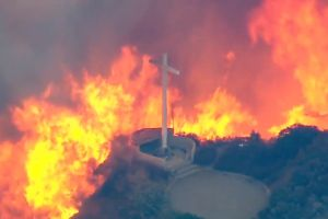 Cierre de autopistas, evacuaciones y oraciones mientras 5,500 acres arden en San Bernardino