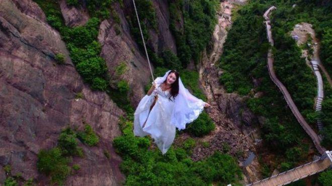 Fotos: La original boda donde los novios se colgaron a casi 600 pies de altura