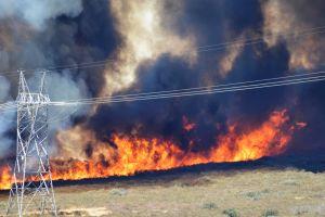 Cierran Autopista 15 rumbo a Las Vegas por masivo incendio