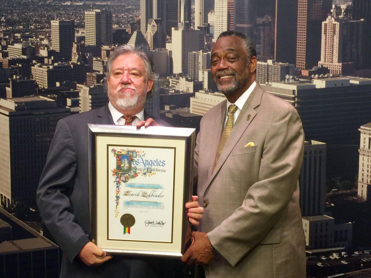Concejo de Los Ángeles reconoce a exeditor de La Opinión