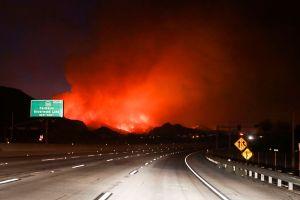 Avanzan en controlar el incendio en San Bernardino, pero va para largo