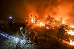 Bomberos logran ligero avance contra el incendio en San Bernardino
