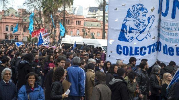 Cientos de personas llegaron para expresar su apoyo a la mujer.