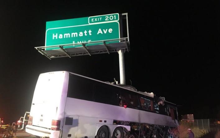 Mueren 5 al chocar autobús que partió del sur de California