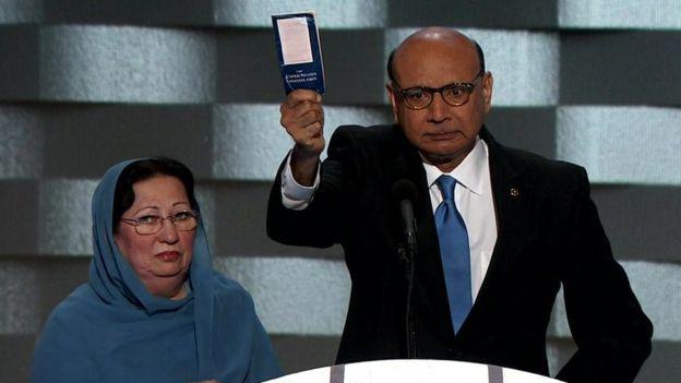 Ghazala Khan junto a su esposo Khizr Khan durante la Convención Demócrata.