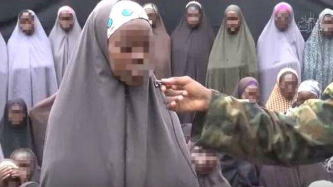 Boko Haram publica un video que supuestamente muestra a 50 de las niñas secuestradas hace más de dos años