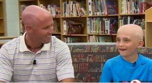 VIDEO: Profesor se afeita la cabeza en solidaridad con su alumno