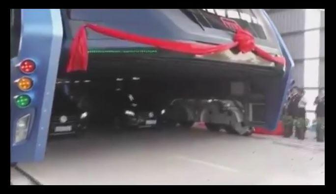 TEB, el autobús que circula encima de los autos, ya es una realidad