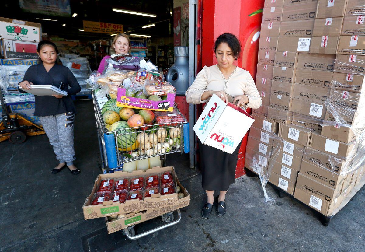 Una persona recibe suministros de un Banco de Alimentos. Foto de archivo.