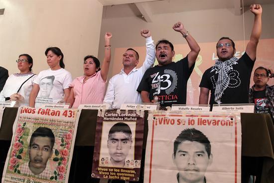"""""""Golpe a la investigación"""" a dos años de las desaparición de los 43 normalistas: padres"""
